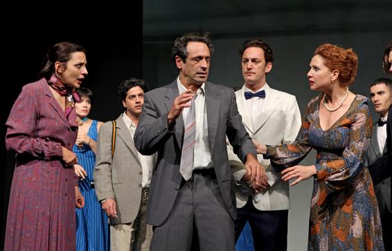 """האריסטוקרטים. מימין: לימור גולדשטיין, יחזקאל לזרוב, גיל פרנק. ירלובה ראשונה משמאל. צילום: ז'ראר אלון, יח""""צ הקאמרי"""